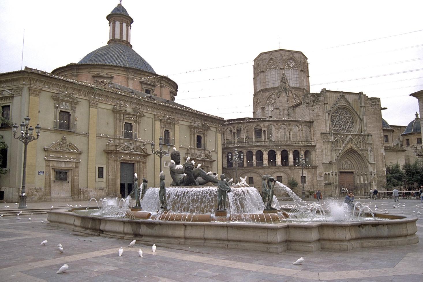Valencia catedral (Seu) til hægri, Desamparados til vinstri