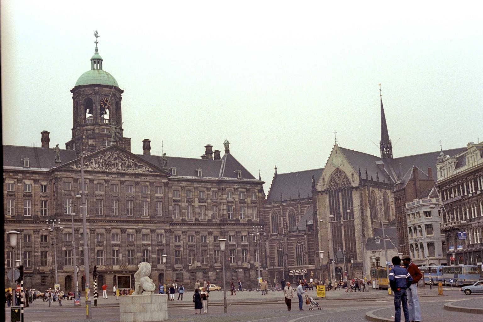 Koninklijk Paleis vinstra megin & Nieuwe Kerk hægra megin